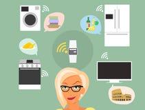 Femme blonde pensant aux instruments intelligents à la maison Photographie stock libre de droits