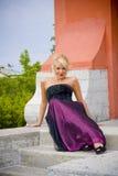 Femme blonde posant à l'extérieur Photos stock