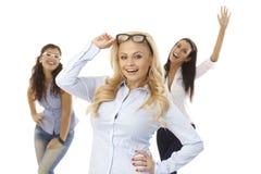Femme blonde posant avec le sourire en verre Photographie stock libre de droits