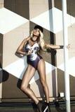 Femme blonde posant dans le maillot de bain Photographie stock