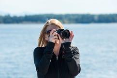 Femme blonde prenant des photographies Photos libres de droits