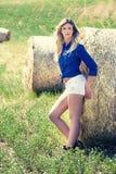 Femme blonde propre et belle naturelle de fille haystack photo libre de droits