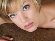 Femme blonde recherchant Photographie stock