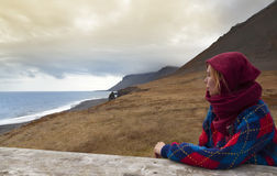 Femme blonde regardant une belle plage islandaise images libres de droits
