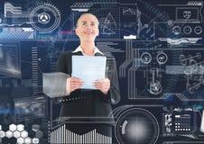 Femme blonde regardant une interface blanche dans une salle futuriste Image libre de droits