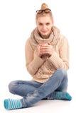 Femme blonde retenant la cuvette de la boisson chaude Photographie stock