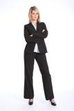 Femme blonde sérieuse dans des bras de procès d'affaires pliés