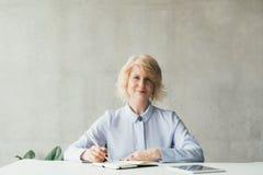 Femme blonde sûre d'affaires réussies photos stock