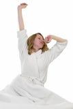 Femme blonde se réveillant pendant le matin Photographie stock libre de droits