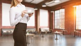 Femme blonde se tenant en café Image libre de droits