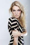 Femme blonde sensuelle avec des yeux bleus et de longs cheveux image libre de droits