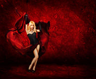 Femme blonde sexy avec la soie rouge Photographie stock libre de droits