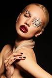 Femme blonde avec le maquillage fantastique avec des accessoires de bijou Images libres de droits