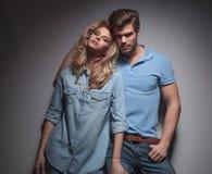 Femme blonde sexy se penchant contre son ami Photographie stock libre de droits