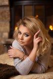 Femme blonde sinueuse fascinante image stock