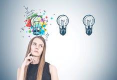Femme blonde songeuse, pensée créative Photographie stock