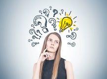 Femme blonde songeuse, questions et réponses Images stock