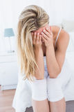 Femme blonde souffrant avec le mal de tête Images stock