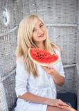 Femme blonde souriant et tenant une pastèque image libre de droits