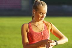 Femme blonde sportive au stade photo stock