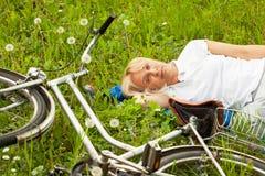 Femme blonde supérieure avec la bicyclette Image stock