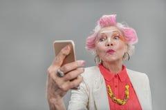 Femme blonde supérieure belle posant à l'appareil-photo photographie stock libre de droits