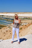 Femme blonde sur le fond de nature photos stock