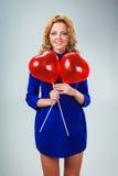 Femme blonde tenant des ballons Photos stock