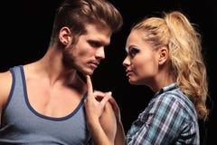 Femme blonde tenant son menton d'ami Photographie stock libre de droits