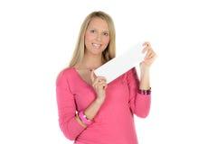 Femme blonde tenant une annonce vide photos libres de droits