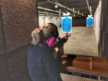 Femme blonde tirant un AR-15 Photo stock