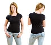 Femme blonde utilisant la chemise noire vide Images libres de droits