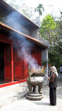 Femme bouddhiste priant Hanoï Vietnam Image stock