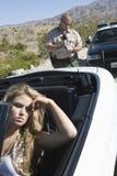 Femme bouleversée avec le billet d'écriture de cannette de fil de trafic Photos stock
