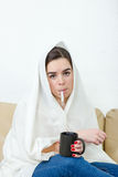 Femme bouleversée avec le thermomètre dans son malade de bouche Photos stock