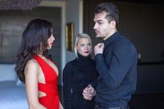 Femme bouleversée regardant à l'ami déloyal flirtant avec le seductiv Photo libre de droits