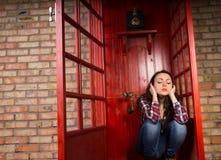 Femme bouleversée s'asseyant bloquant ses oreilles Images libres de droits