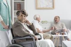 Femme bouleversée sur le fauteuil roulant Images stock