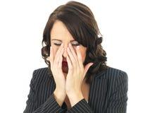 Femme bouleversée soumise à une contrainte par renversement fatigué d'affaires Image stock