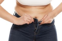 Femme boutonnant ses jeans photos libres de droits