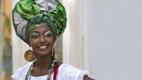 Femme brésilienne habillée dans le vêtement traditionnel de Baiana dans Salvador, Bahia, Brésil Images libres de droits