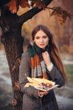 Femme brûlant ses souvenirs de whith de journal intime image stock