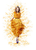 Femme brillante gracieuse chique dans la robe vernale jaune moderne à la mode Images stock