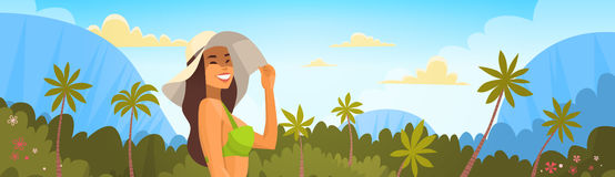 Femme bronzée dans le bikini au-dessus de Forest Background tropical, chapeau sexy d'usage de fille des vacances de mer d'été Photo libre de droits