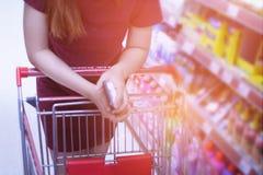 Femme brouillée dans le supermarché Achat dans le magasin Photographie stock