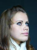Femme brown-haired aux yeux bleus dans une écharpe blanche Photos stock