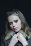 Femme brown-haired aux yeux bleus dans une couche de l'hiver Photos stock