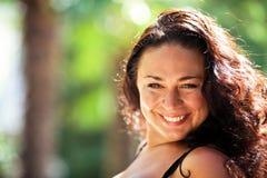 Femme brun-observée heureuse Images stock