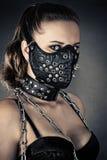 Femme brutale avec des transitoires de masque Image stock