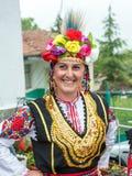 Femme bulgare dans le costume national de fête aux jeux de Nestinar Image stock